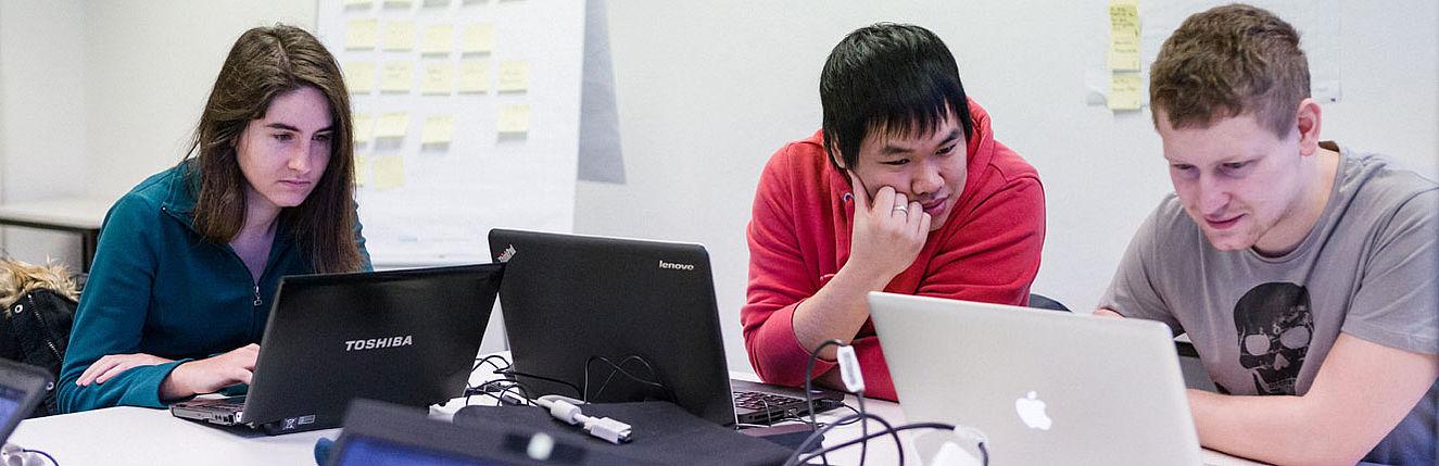 Studierende bei der Projektarbeit am Laptop